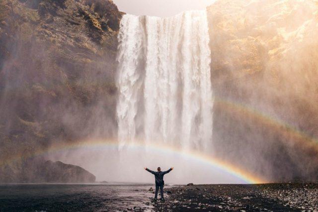 Persona delante de una cascada con sensación de presencia y libertad