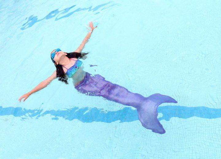 Cumpleañera nadando con cola de sirena