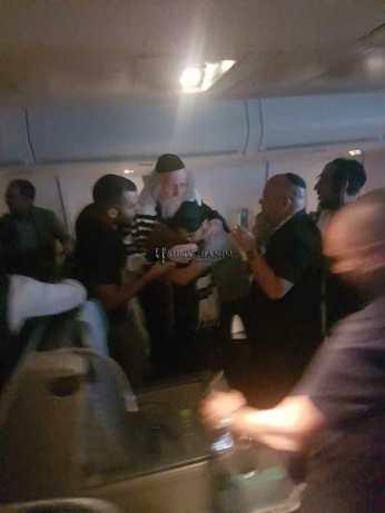 """הרב ברלנד שליט""""א במטוס בדרך לאומן תשע""""ח"""