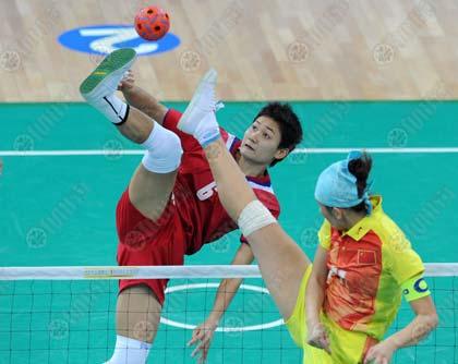 ธิดาวรรณ ดาวสกุล โชว์ลีลาขึ้นฟาดลูก ก่อนพาทีมตะกร้อสาวไทยชนะทีมจีน 3-0 ทีม ในการแข่งขันเซปัคตะกร้อทีมหญิง