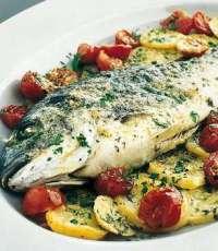 Peshk ne tave me domate dhe qep. Receta gatimi.