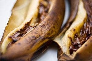 Banane te mbushura me cokollate. Receta gatimi per embelsira.