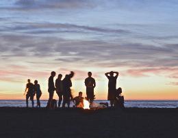 9 gjeste qe do i bejne njerezit te te pelqejne. Sugjerime psikologjike, te jeni te pelqyeshem