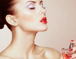 Ku hidhet parfumi qe te mbaje arome me gjate ne kerthize