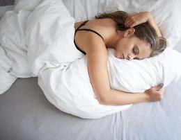 A ju ka ndodhur te dridheni kur jeni ne gjume? Ja cilat jane arsyet kryesore..