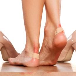 Ja si mund ti sheroni kembet e plagosura nga kepucet e ngushta.