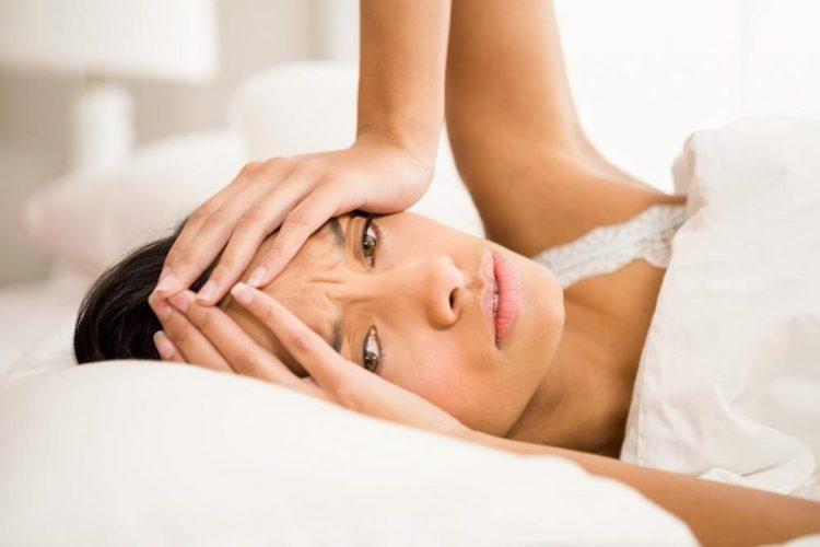 Pse zgjohemi qe ne mengjes me dhimbje koke?