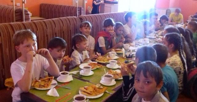 children at a pizza restaurant