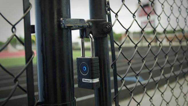 Zum Öffnen des Bluetooth-Vorhängeschlosses von Master Lock ist kein Schlüssel oder Code notwendig.