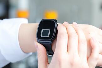 Mit dem Wearable erfolgt die biometrische Authentifizierung.