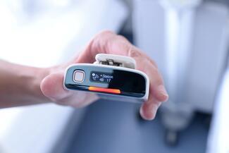 Erkennt ein Monitor einen kritischen Wert bei den Vitalfunktionen, sendet er über eine standardisierte Schnittstelle ein Signal an einen Alarmserver.
