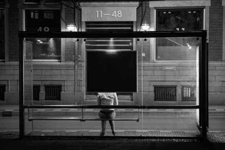 Pfefferspay für Mädchen an der Bushaltestelle in der Nacht
