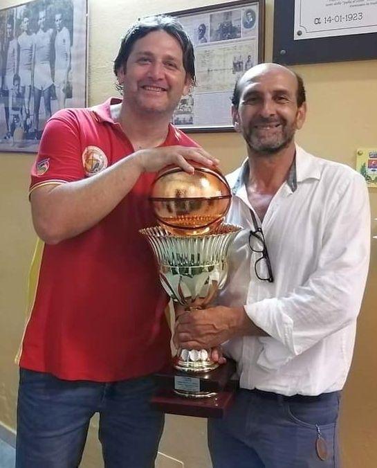 Coach Beto Manzo e Carmelo Caruso con la coppa di campioni C Silver Sicilia 2021