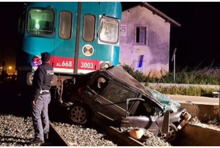 Siracusa, treno travolge auto al passaggio a livello: un morto e un ferito