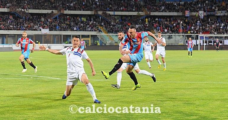 Il Catania passa il turno, ma che stress
