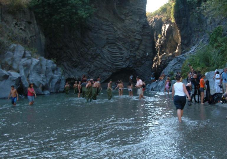 """Ambiente, """"Salviamo il fiume"""" Alcantara: una task force per ripulire le aree da rifiuti e plastiche"""