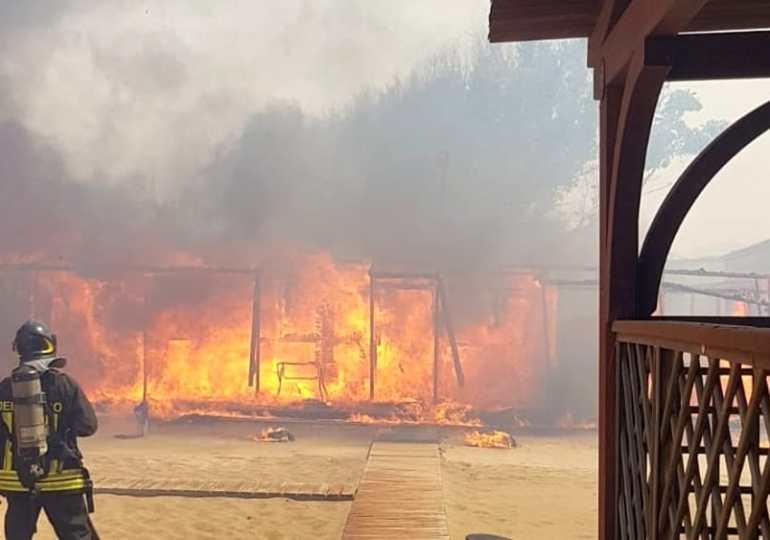 Emergenza incendi a Catania: in fiamme il Lido Europa