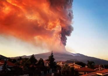 Etna, forti boati e un'esplosione improvvisa