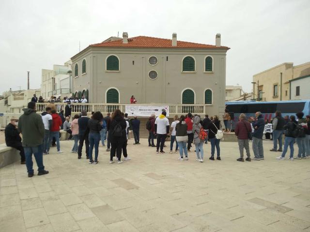 Covid, la Sicilia resta arancione. Flash mob di ristoratori nei luoghi di Montalbano