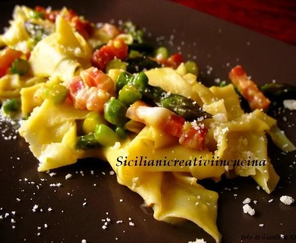 Carbonara con asparagi pancetta e pecorino: una variazione primaverile di uno dei piatti più amati della cucina romana.