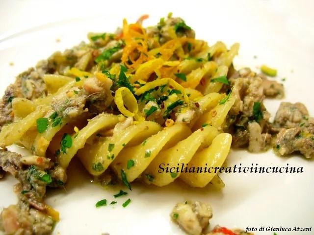 Pasta with pesto of anchovies, pistachio and citrus