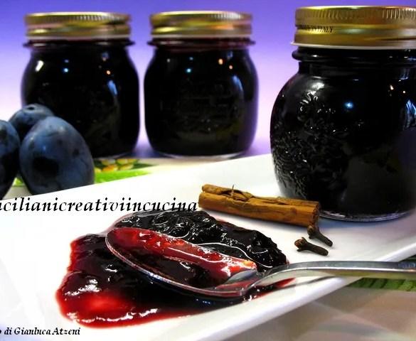 Confettura speziata di prugne e vino rosso, diventerà presto la vostra confettura preferita: perfetta sul pane ma anche per farcire torte e crostate.