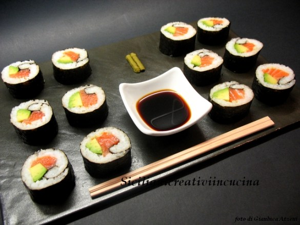 Sushi al salmone e avocado fatto in casa