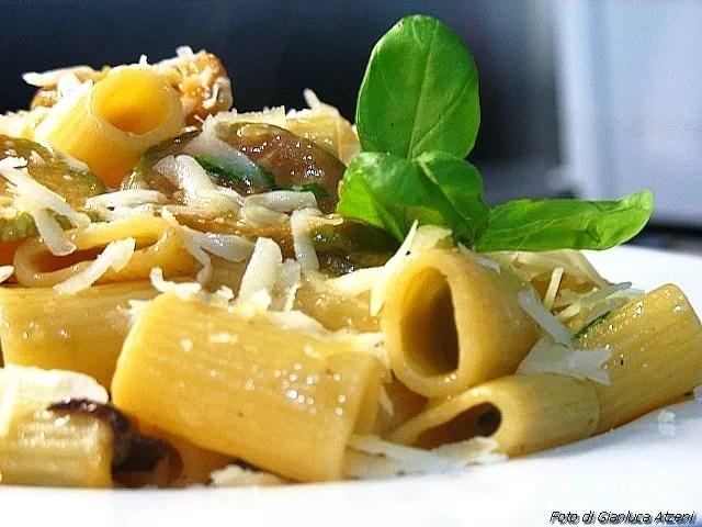 Rigatoni de moyens avec des frites de courgettes et fromage provolone