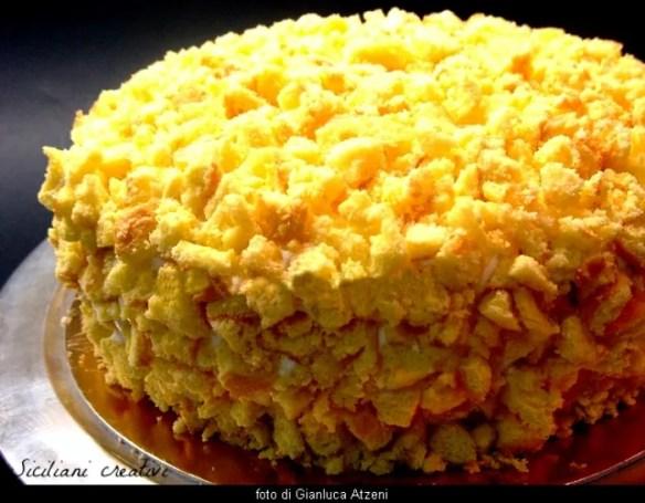 Torta Mimosa, ma non fatela solo per l'8 marzo. La torta Mimosa è uno dei dolci più noti della pasticceria italiana e più amati da grandi e piccini.