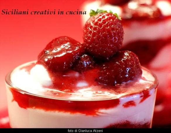 Coppa di yogurt gelato e composta di fragole fresche: deliziosa