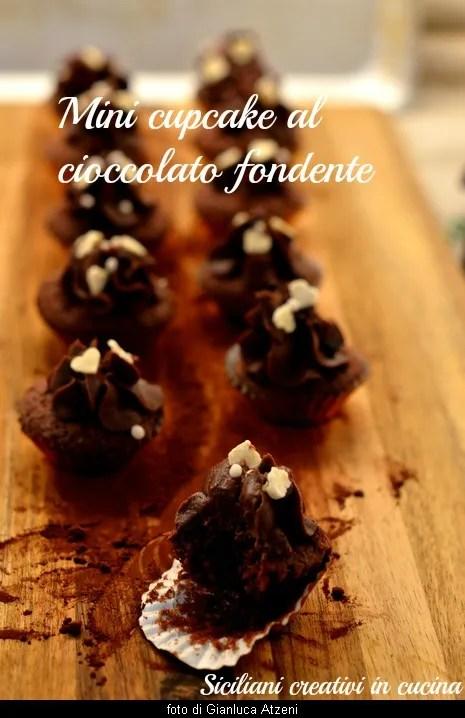 Kleine dunkle Schokolade Cupcake, cremig und flauschig
