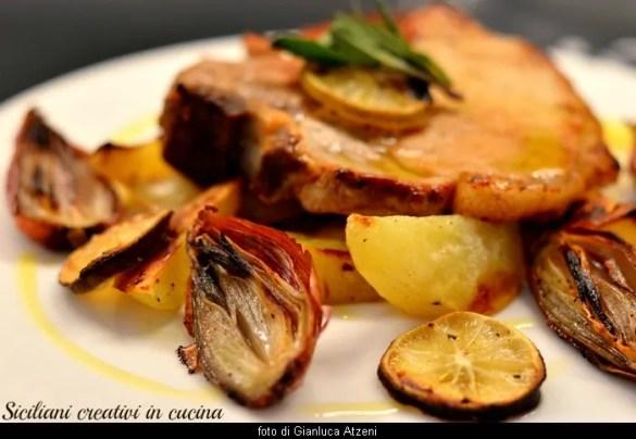 Costolette di maiale in padella con patate, scalogni e lime arrostiti