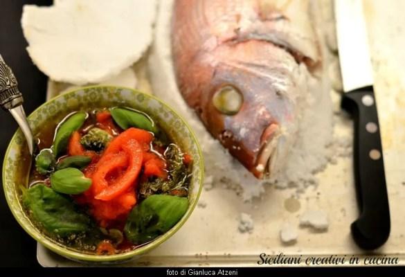 Pesce al sale con vinaigrette al pomodoro e basilico: un secondo di pesce tradizionale, facile e profumato