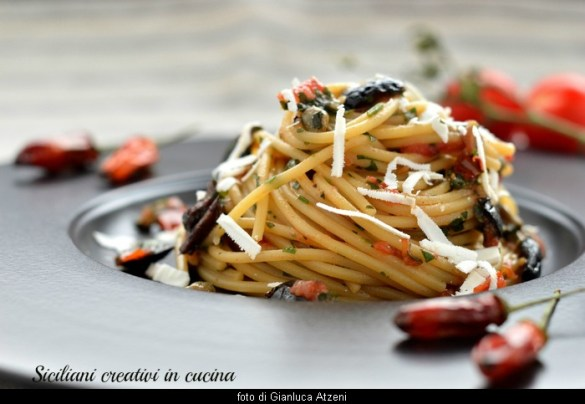 Spaghetti alla carrettiera, one of the first fastest and tasty dishes of Italian cuisine:ready in 10 minutes and ideal for a spaghetti dinner with friends