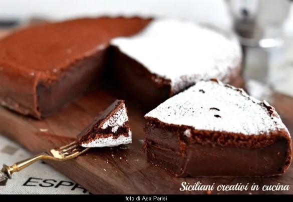 kremsi, yoğun ve üç katman ve tek hamurla: büyülü çikolatalı kek. dayanılmaz.