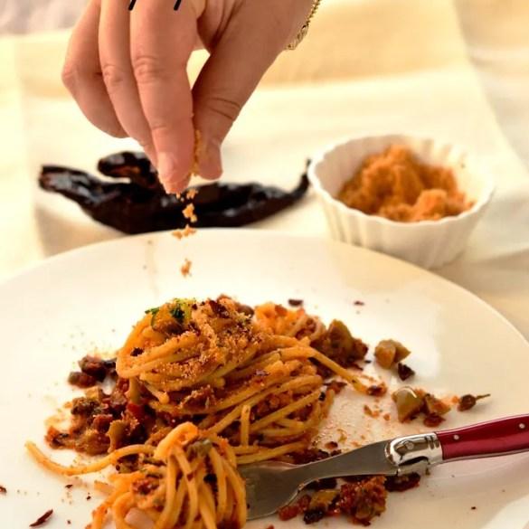 Spaghetti mediterranei con peperoni cruschi e tutti i sapori del Sud, ricetta veloce