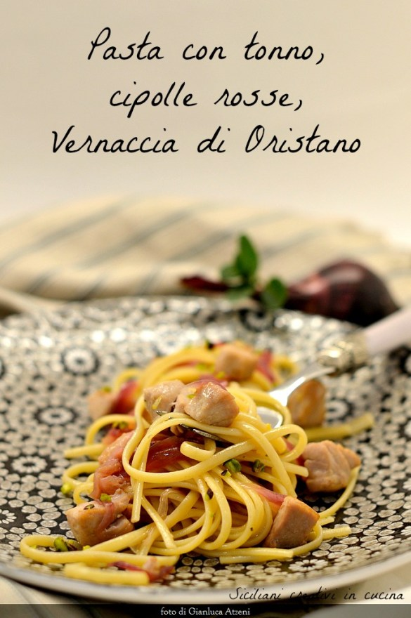 新鮮なマグロと赤玉ねぎのパスタ. Vernacciaとピスタチオは、最初の洗練された特定の魚を作ります