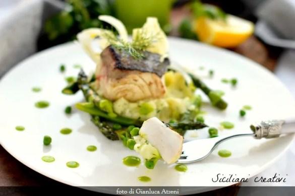 Ricciola alla griglia con asparagi, patate e crema di piselli. Un secondo di pesce leggero ed elegante.