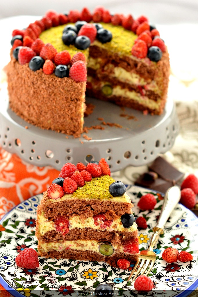 Schokoladen-Kuchen, Pistazie, Mascarpone und roten Früchten