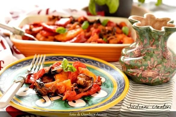 Peperonata siciliana, con patate e melanzane