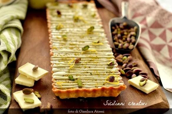 Un guscio croccante farcito con una crema di pistacchio, cioccolato bianco e limone. Il dolce perfetto.