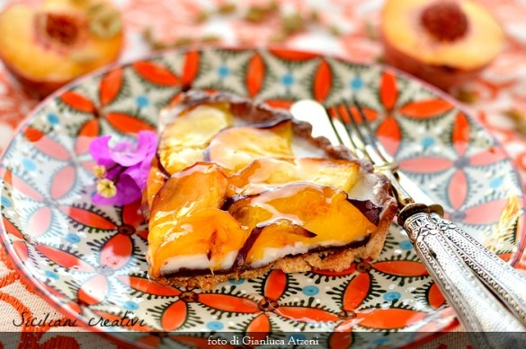 Crostata con panna cotta e pesche fresche: ricetta facile cremosissima