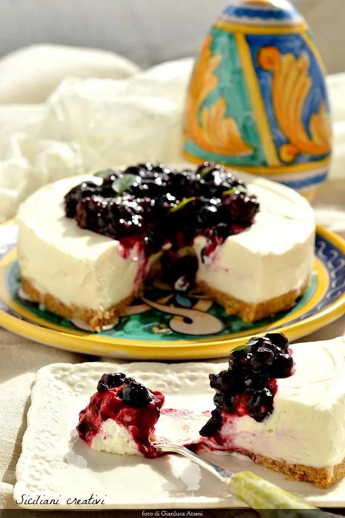 Gâteau au fromage sans cuisson, avec les framboises et les bleuets