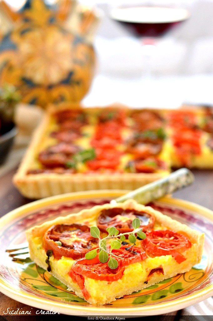 Rustic pie with rice and tomatoes