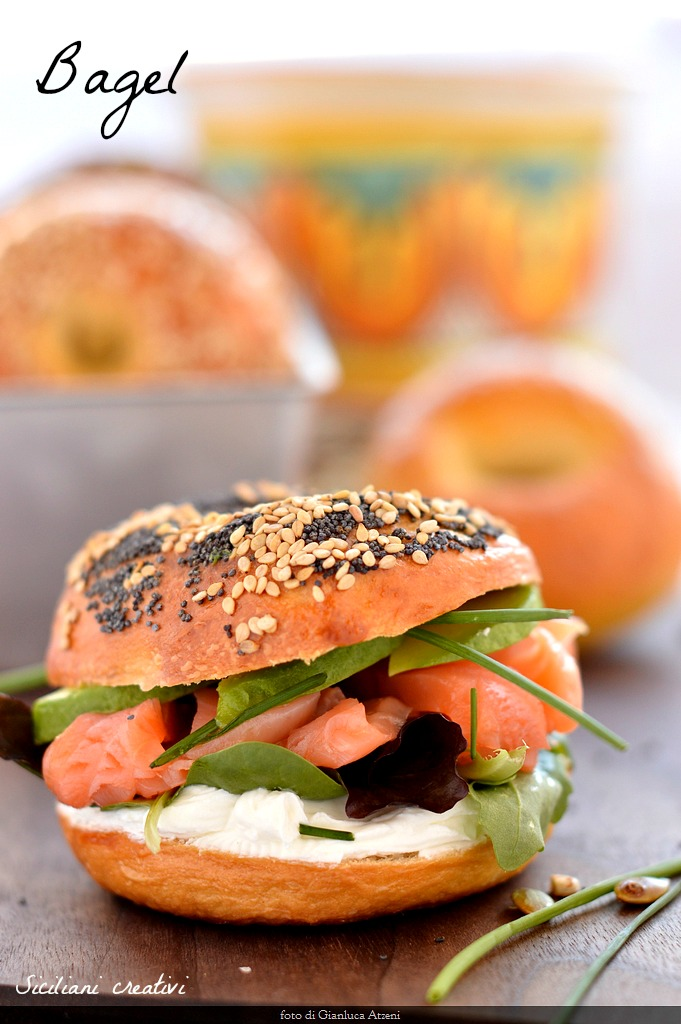 Bagels, original recipe: stuffed with salmon and Philadelphia for an American breakfast