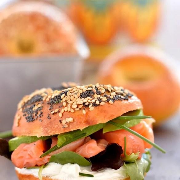 I bagel, ricetta originale: farcito con salmone e Philadelphia per una colazione americana