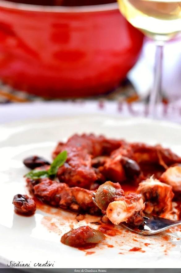 Pulpo con salsa de tomate y aceitunas