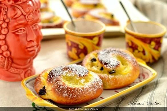 Girelle danesi con crema e uvetta: una delle brioche da colazione più amate dai bambini. Sofficissime. Ricetta passo passo con lievito madre o lievito di birra.