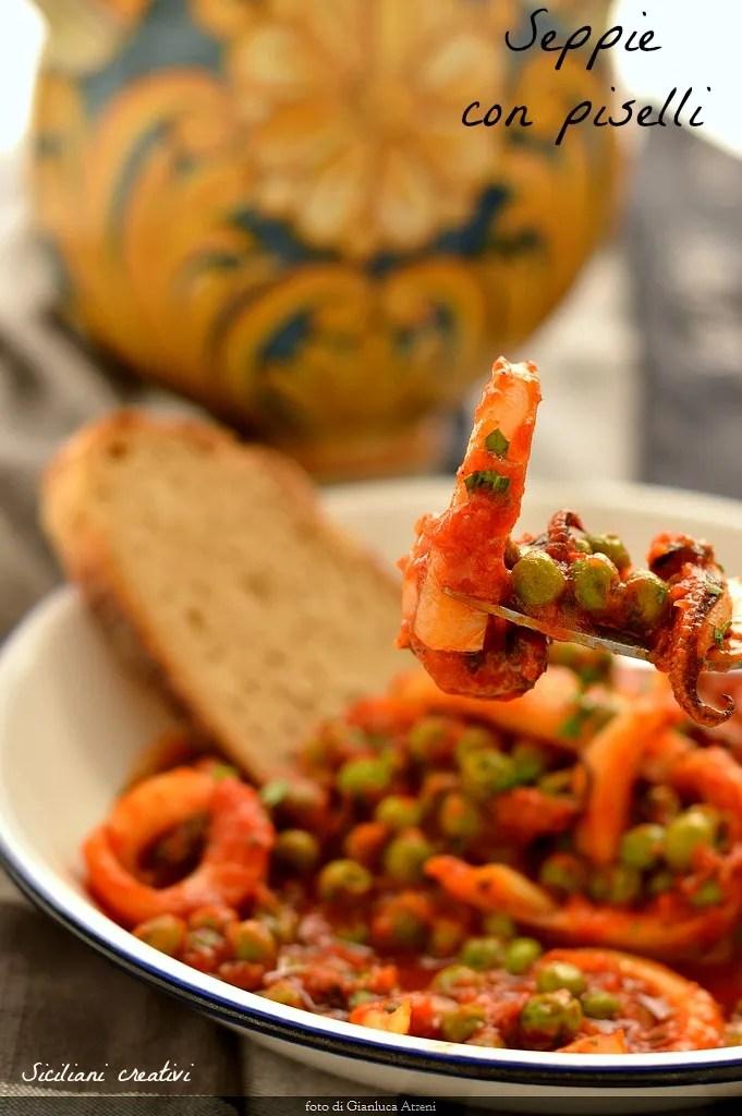 Tintenfische mit Erbsen, ein traditionelles italienisches Rezept, das mit Tomatensauce oder Weiß hergestellt werden kann: in beiden Fällen ist ein köstlich dish.