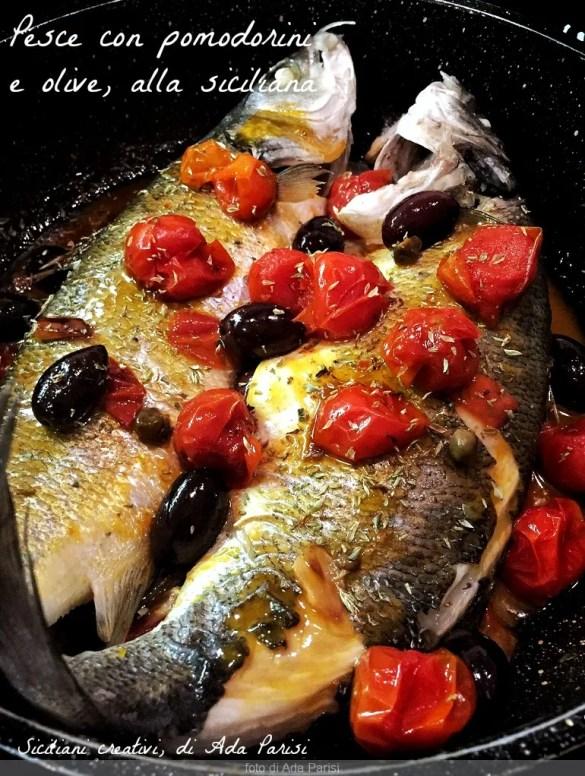 Sizilianischen Fisch mit Tomaten und Oliven